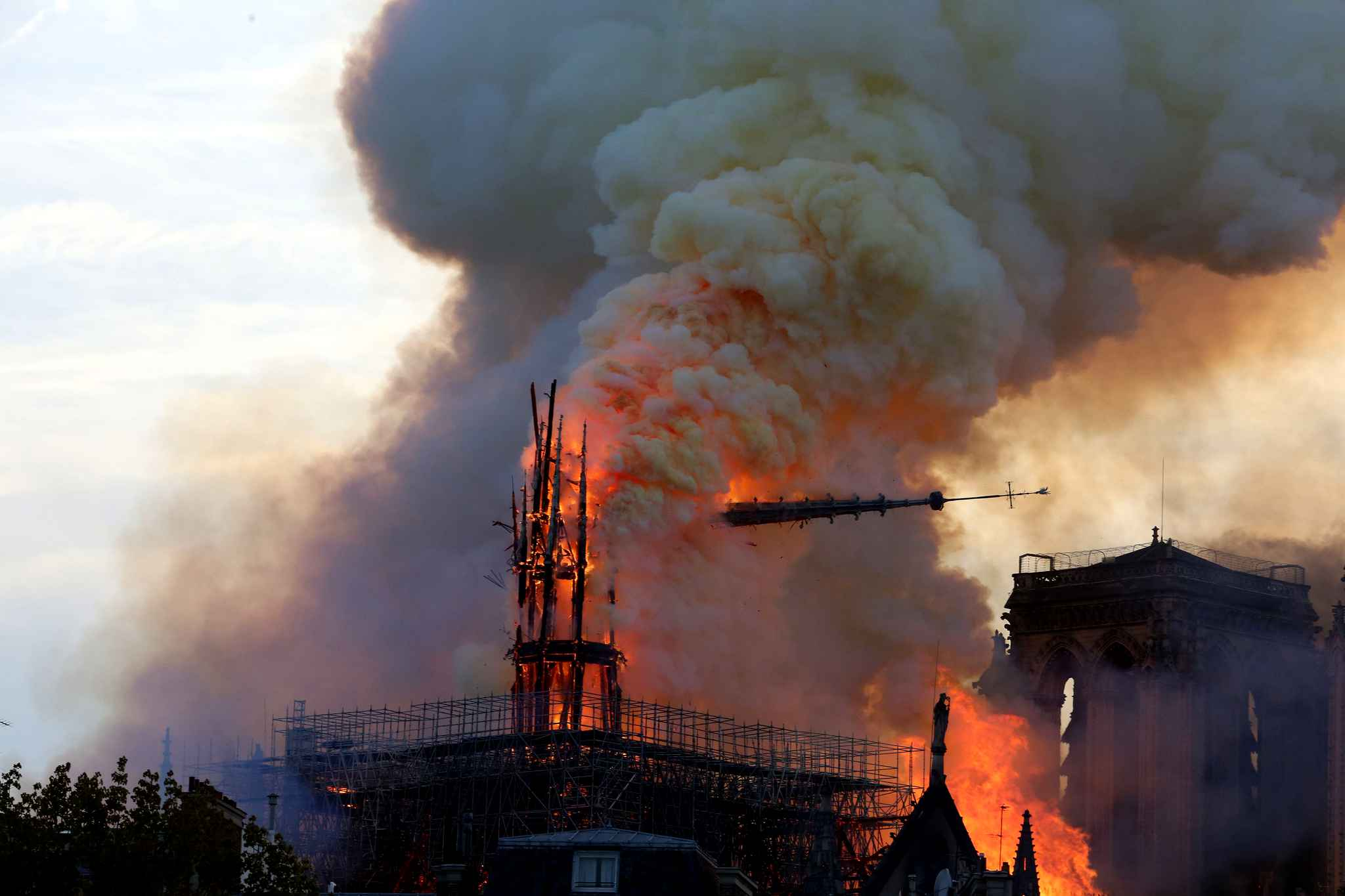 flames-rise-from-dame-e468-diaporama.jpg