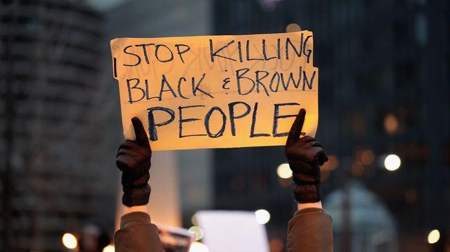 un-manifestant-a-chicago-le-2-avril-2018-proteste-contre-les-meurtres-de-noirs-par-la-police-americaine_6102517.jpg