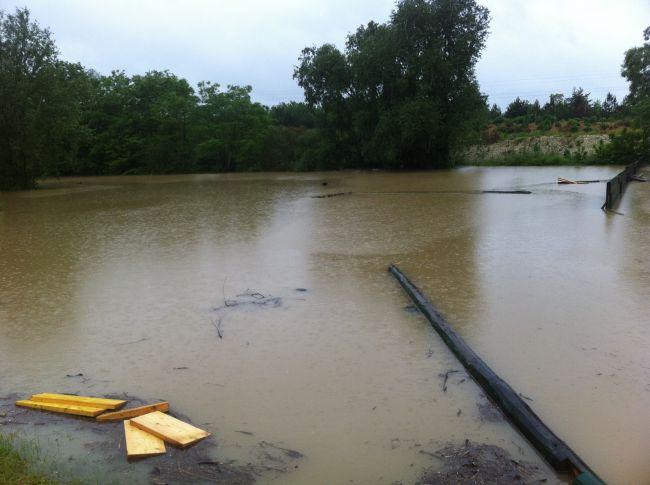 Mardi 12H, la palissade entre le 25 et 50m a disparue sous les eaux!