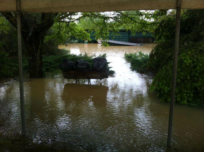 Mardi 12H, l'eau arrive presuqe en haut de la porte d'entrée...