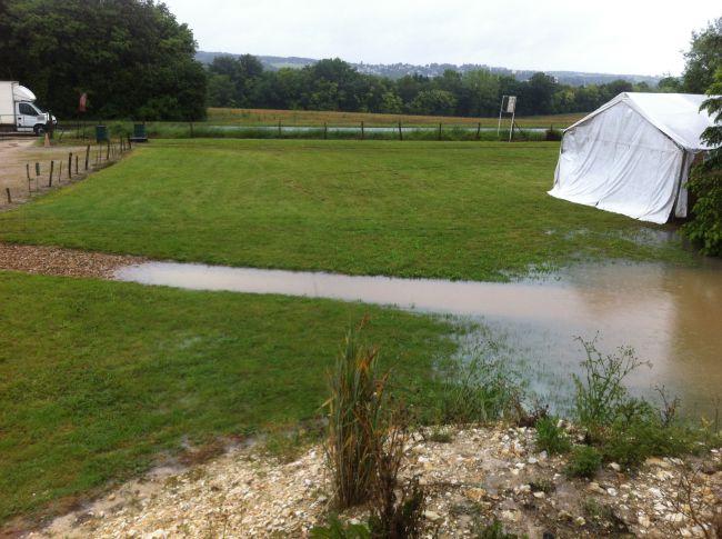 Mardi 12H, l'eau arrive quasiment jusqu'au parking!!