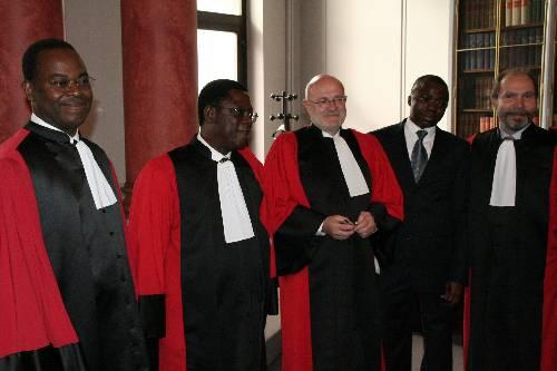 Frédéric Joël AIVO entouré des professeurs membres du Jury