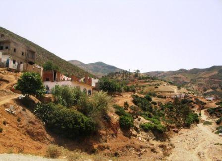 les maisons s\'agrippent à la montagne
