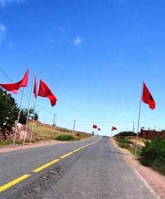 Des drapeaux ornent tout le long de la route jusqu\'à Khenifra