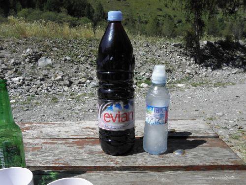 On avait dit une bouteille de chaque eau et vin