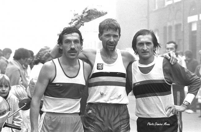 Walter Van Renterghem, au centre, bel athlète dans sa forme olympique. A gauche de la photo, dans le bas, le petit Frank VDB, très intéressé.