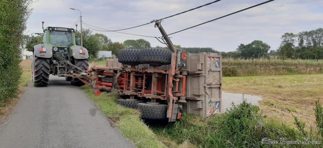 La remorque a aussi brisé le pylône électrique. La compagnie devait venir pour écarter  tout danger.