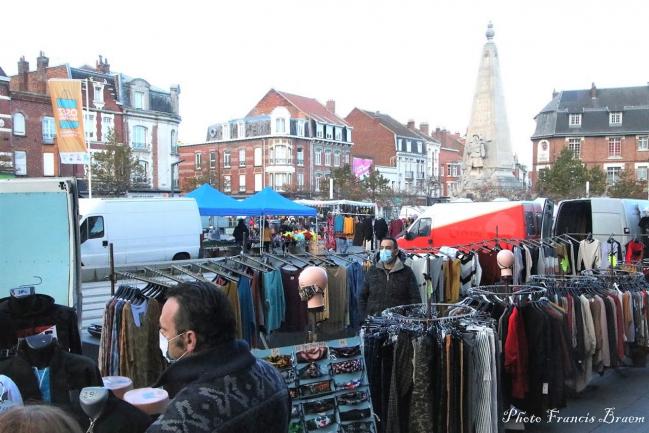 Le marché d'Armentières est beau et riche. Pas étonnant qu'il y ait du monde.