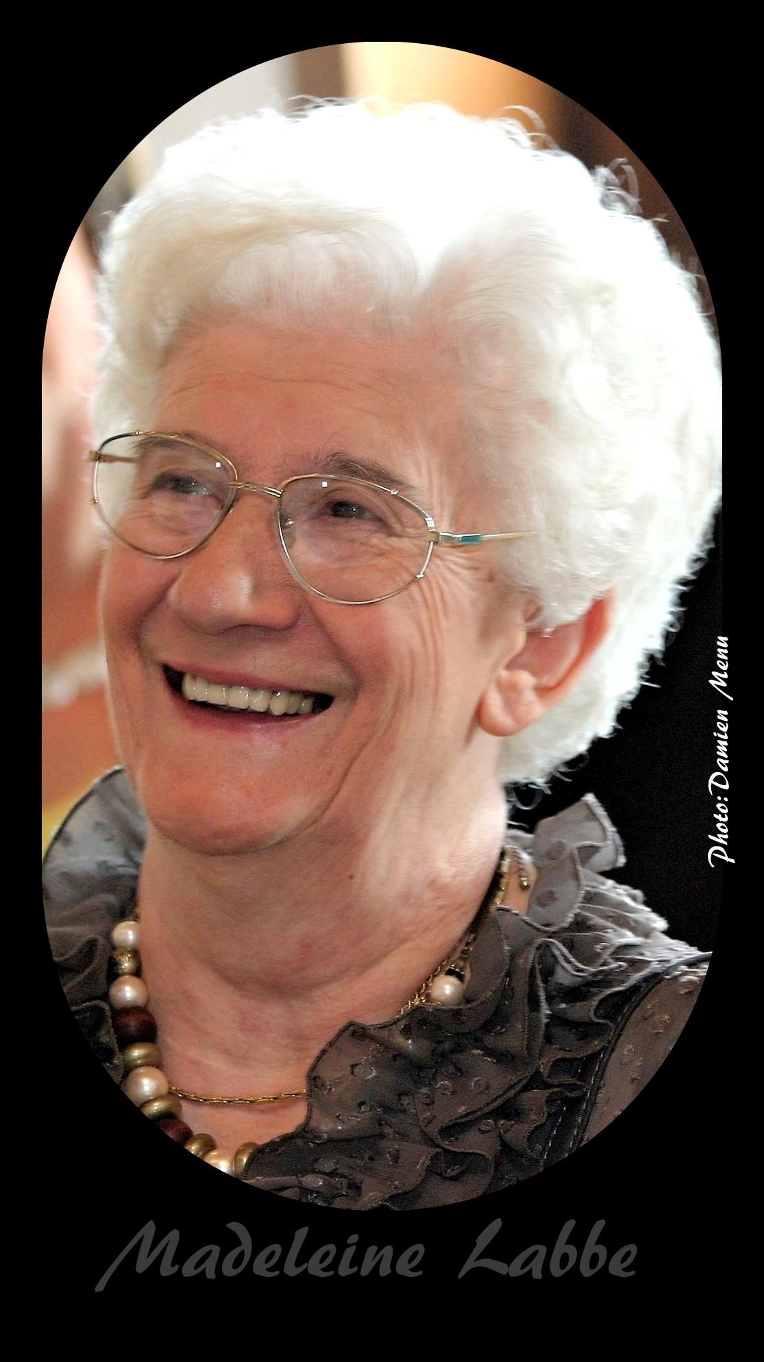 Toute souriante, Madeleine Labbe a tenu durant de nombreuses années un magasin d'alimentation sur la Grand-Place de Ploegsteert..