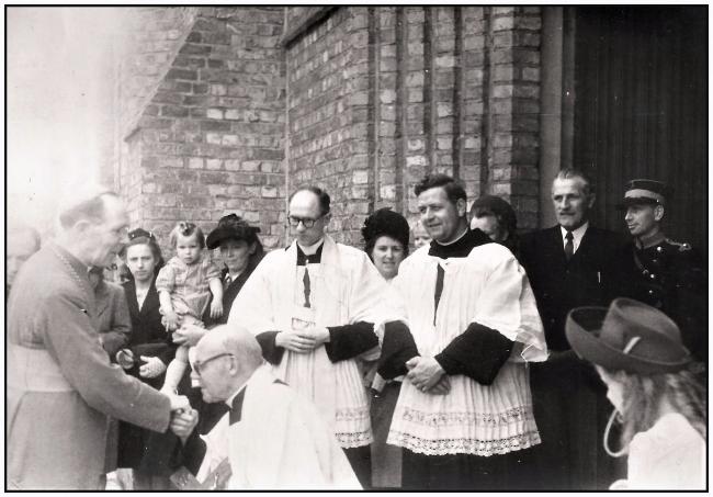 Au début des années 50, visite de l'évêque de Bruges a l'église Saints Pierre-et-Paul de Ploegsteert