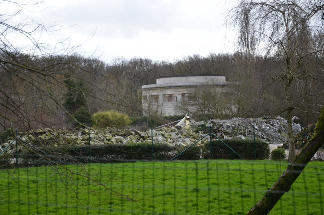 C'est à cet endroit que la société Taveirne veut reconstruire quatre nouvelles porcheries, soit à quelques mètres du Mémorial  a Ploegsteert.