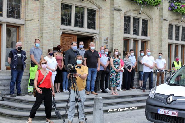 En signe de recueillement, une minute de silence de 12h01 à 12h02,a été observée au pied de l'Hôtel de Ville  de Comines ce mardi midi en hommage aux 31 victimes des inondations et des disparus.