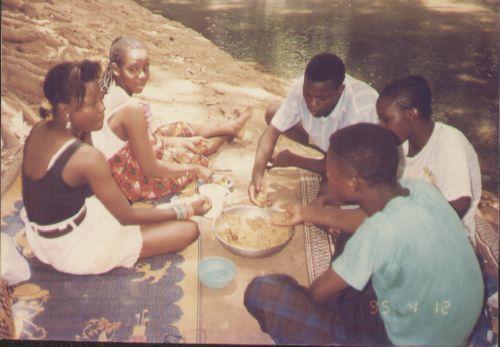 Sortie détente entre élèves à la Guinguette à Bobo-Dioulasso en 1995