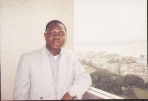 Barro San Evariste sur le balcon de l'hôtel Ivoire à Abidjan en 2002