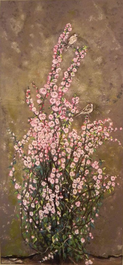 Prunus en fleurs contre un mur délabré