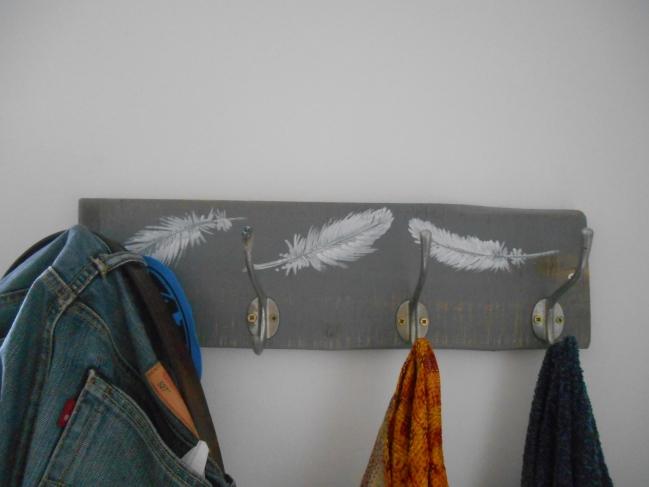 Chambre aux oiseaux à Sablonceaux (17) création d'un porte manteau ( fabrication et peinture)