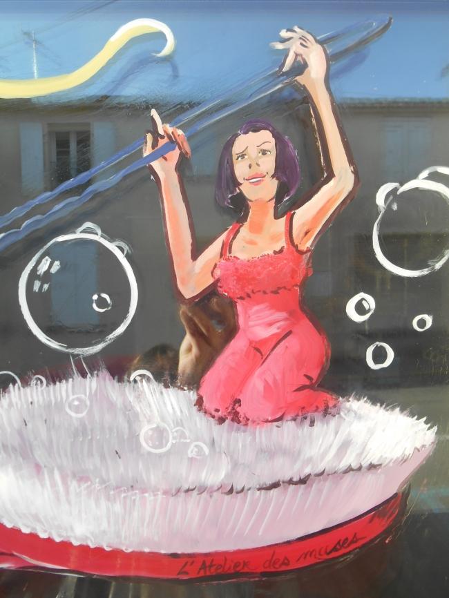détail vitrine du salon de coiffure Rouge Acajou Nancras (17)