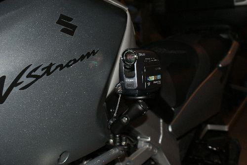 Le camescope est fixé sur le crash bar, Mais il peut aussi se fixer sur le guidon.