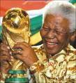 Nelson Mandela brandissant la coupe d'Afrique remporté par son pays