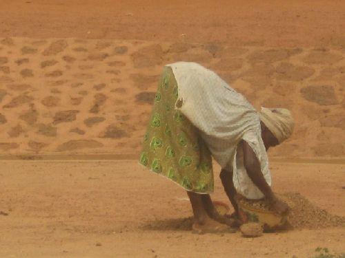 les femmes font du commerce de sable