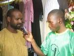 J'interviewe un artisan Nigérien qui exposait à la SNC 2008