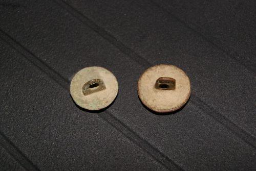 Les deux boutons vus coté attaches