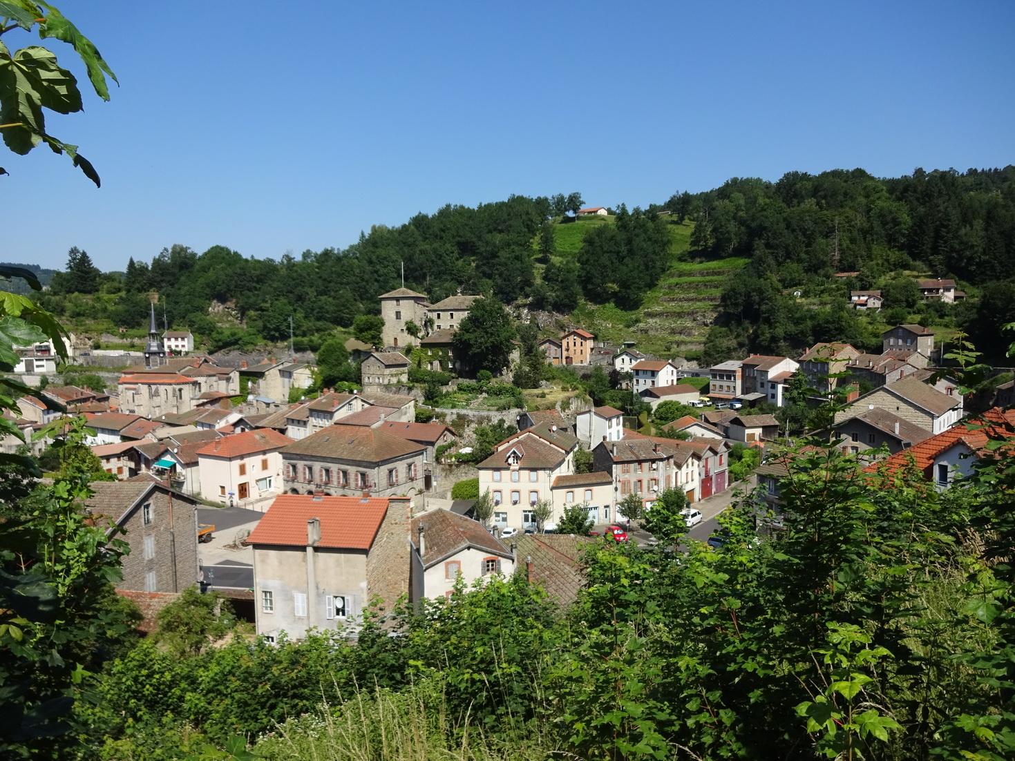Un  village  charmant et typique  Olliergues