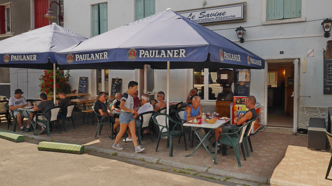 A, midi, sur la place du village, le rendez-vous avec un chaleureux et bon restaurant