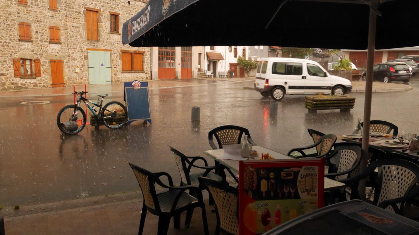 Le soir , un orage avec une pluie torrentielle  nous a obligé à rentrer à l'intérieur du restaurant.
