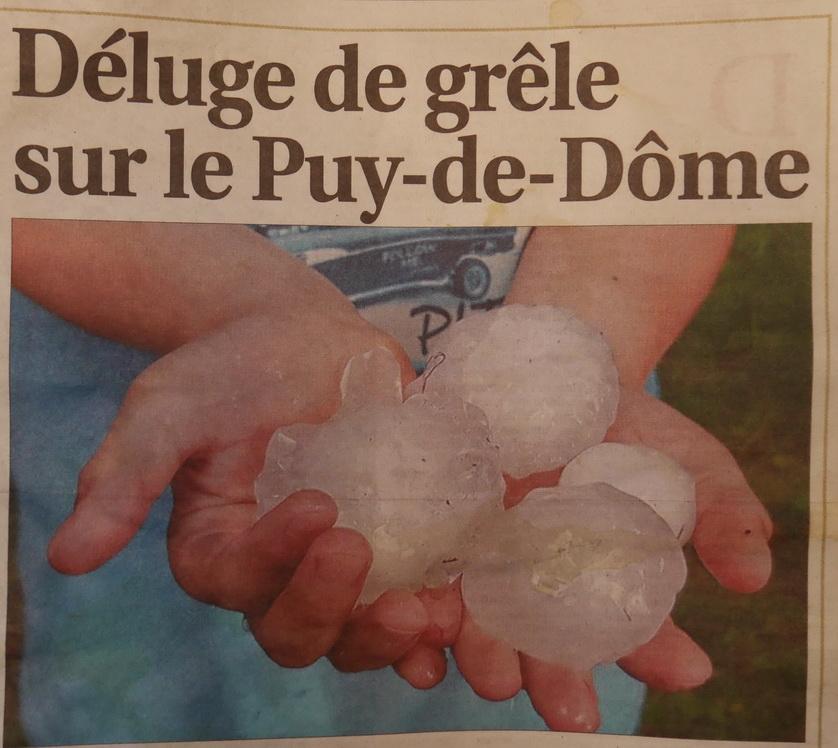 Le premier jour ,au super marché où nous faisions le ravitaillement de nourriture pour la semaine , il y a eu un orage d'une rare violence suivi d'une pluie de gros grêlons dans un bruit infernal. Le lendemain on voyait dans le journal de Clermont  Ferrand cette photo.