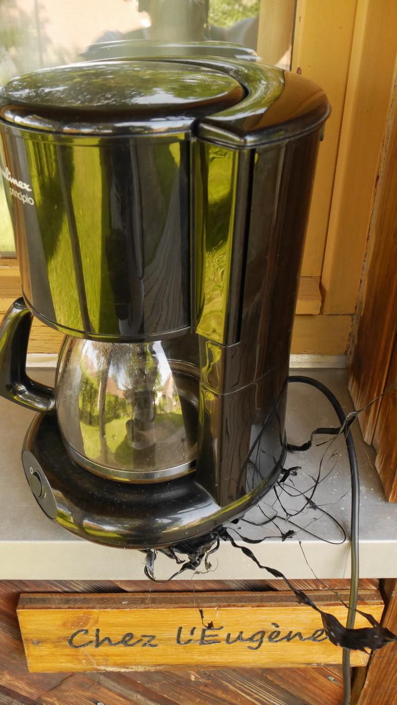 Chez l'Eugène, quand Sylvia n'est pas là pour faire le café.... C'est simple, pour faire du bon café le matin, il faut chauffer la cafetière. Alors on allume la gazinière... résultat : voir la photo !!!