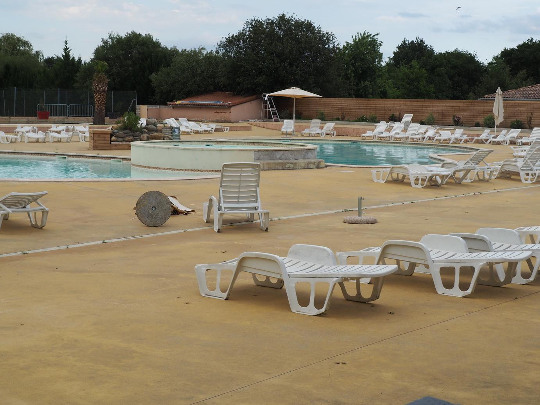 piscine chauffée du camping, très faible fréquentation mais des courageuses ont pu faire trempette
