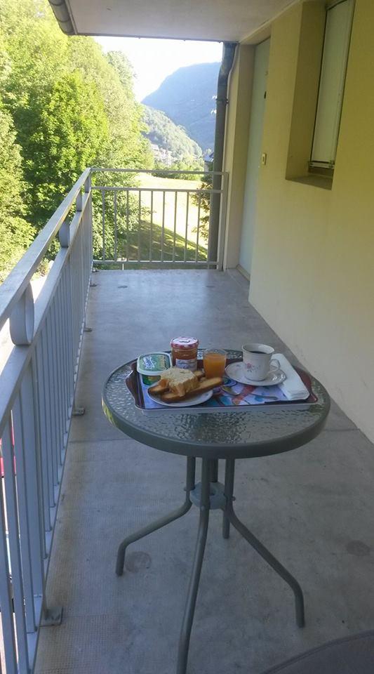 appart p'tit déj sur le balcon.jpg