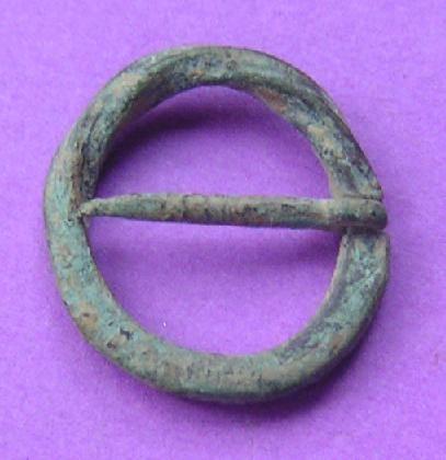 Boucle ou petit fermail torsadée en bronze