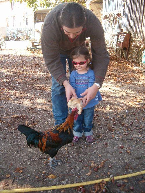 Mathilde à la ferme.. papa veille au grain..