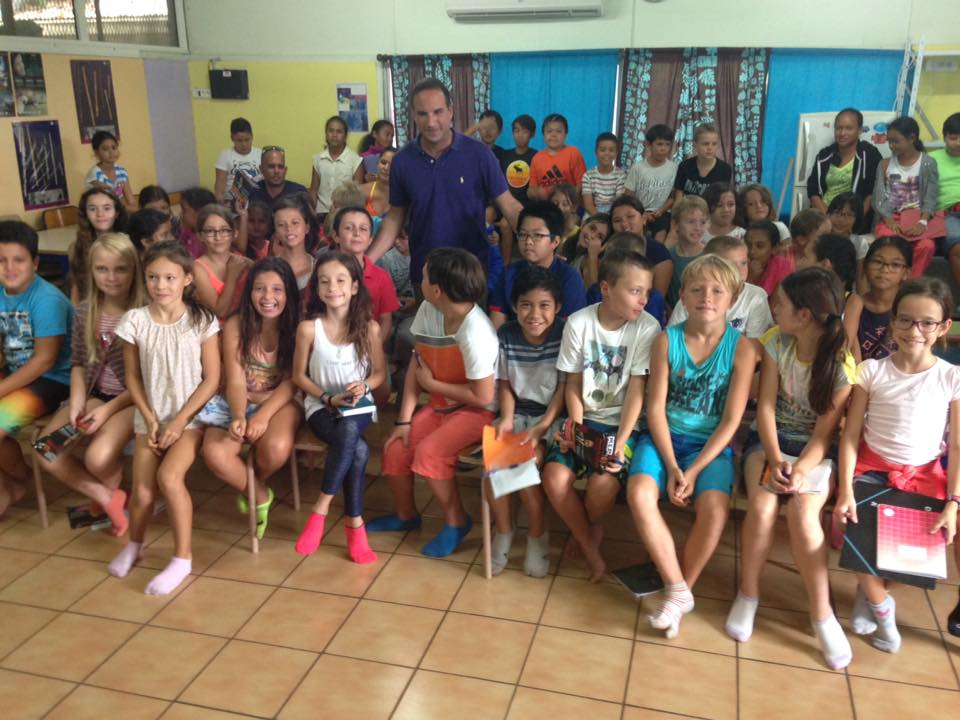Pavlos avec les élèves CHAM de l'Ecole Saint-Michel et Anne-Marie Javouhey.jpg