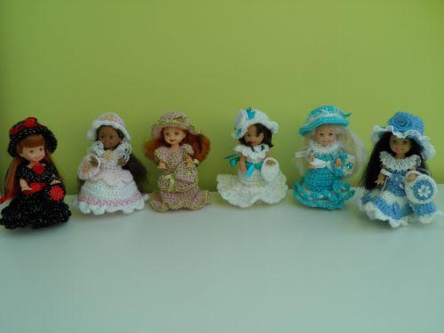 6 ravissantes petites tenues réalisées au crochet pour Shelly (soeur de Barbie)