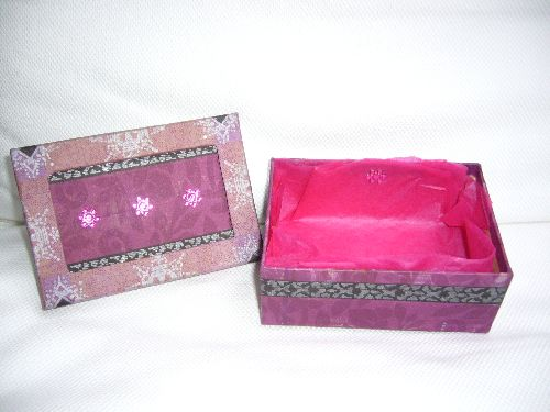 Boîte en carton avec collage serviette en papier