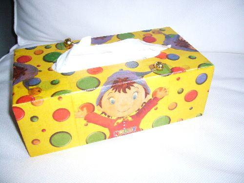 boîte de mouchoirs recouverte de serviettes en papier OUI-OUI avec le petit plus : le grelot sur le haut du chapeau !