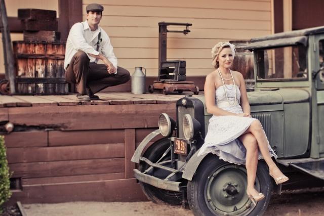 vintage-hochzeit-fotoshooting-brautpaar-auto.jpg