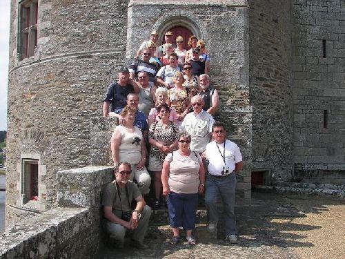 Petite photo de groupe devant le Château de Josselin.