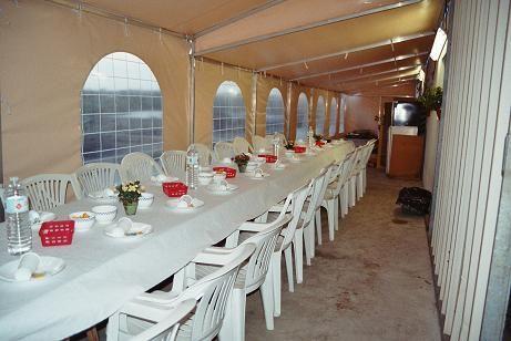 La table dressée attend les Bédouins.