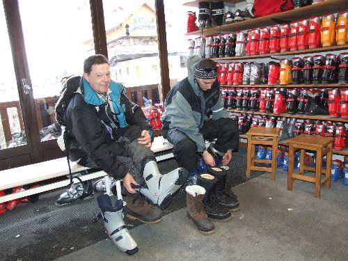 Séance d'essayage des chaussures de ski ; passage obligatoire.