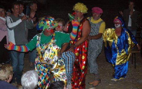 La farandole des clowns parmi le public.