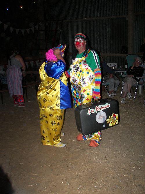 Bonne pioche, juste un changement de perruque pour nos deux clowns,