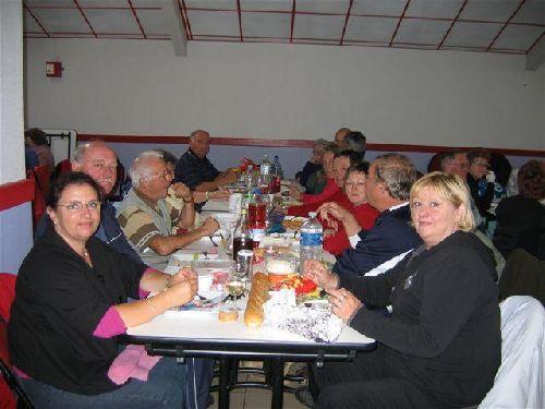 Dimanche midi : A table après avoir bu le p'tit coup offert par le Maire.
