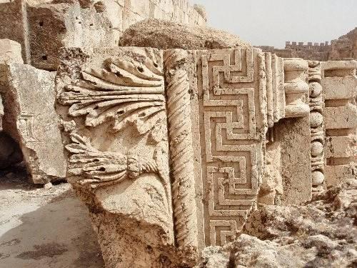 Une frise à svastikas du Temple de Jupiter.jpg