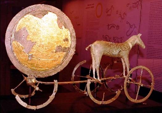 chariot du soleil de Trundholm (Danemark) datant de l'âge de bronze.jpg