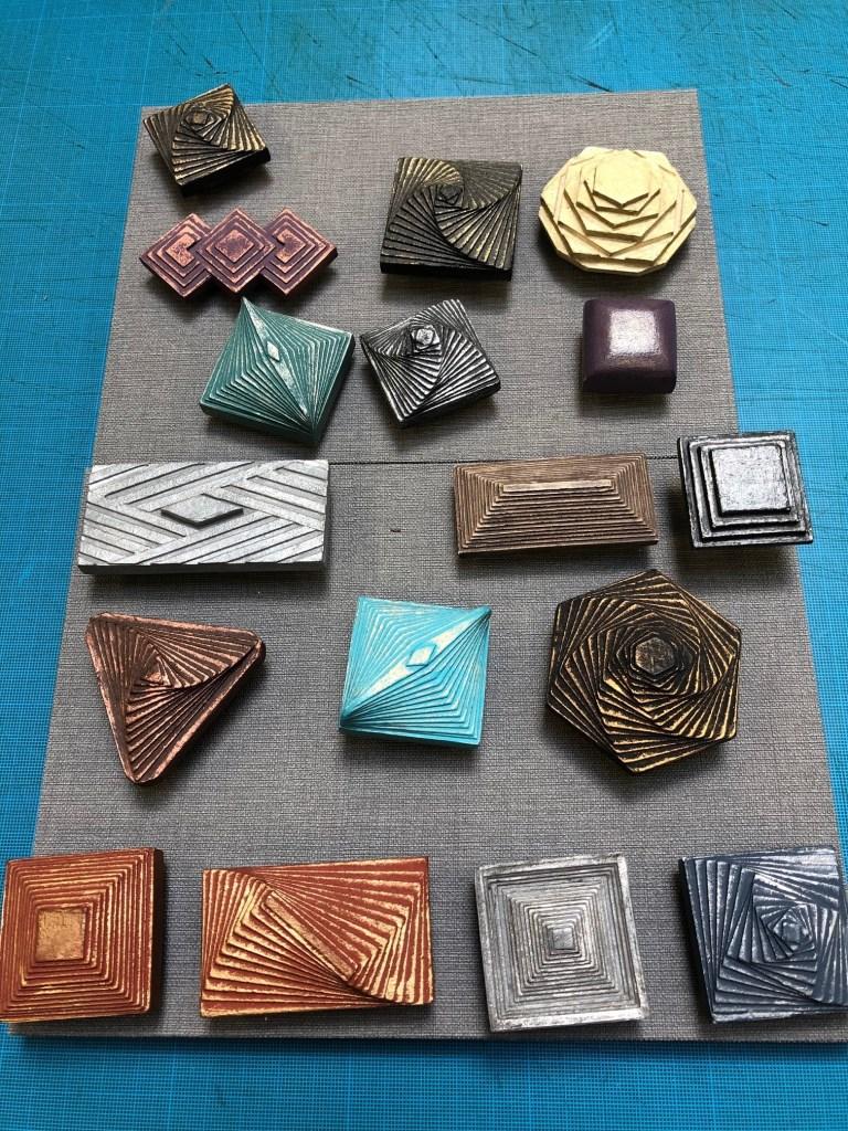 les boutons en carton de L'art et création spécialiste du cartonnage.jpg