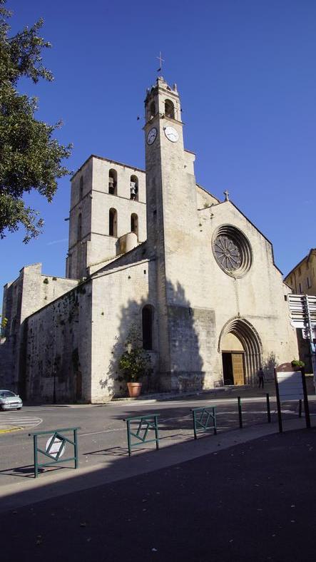 Elle abrite plusieurs cloches dont Maria-Savaterra qui pèse 1150kg.